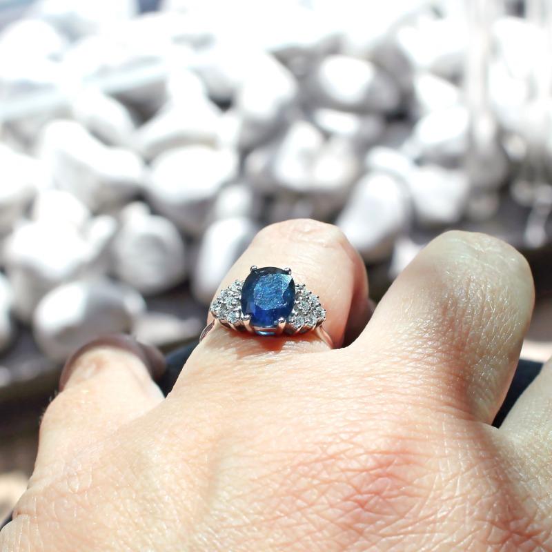anello-classico-zaffiro-e-diamanti